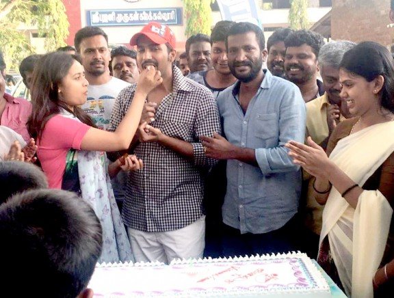 Vishnu Vishal celebrated his birthday at the sets of Maveeran Kittu