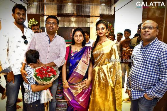 Aishwarya Arjun Inaugurates Kalanikethan Showroom At Anna