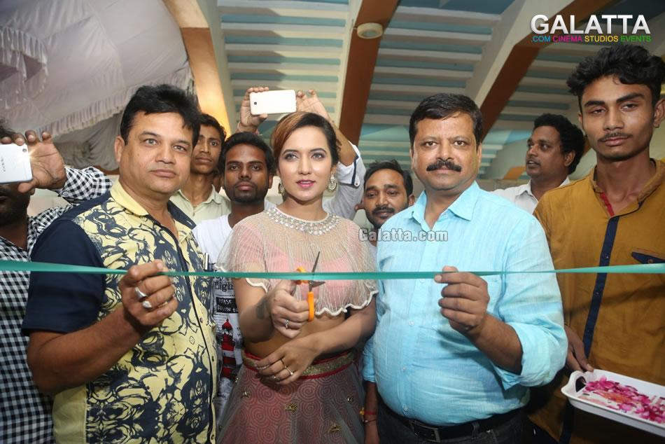 Indian silk expo launch by actress aafiya bhardwaj