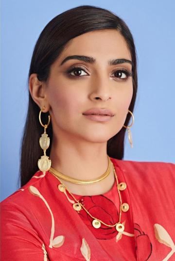 Make-up artist Arti Nayar is slowly becoming our go-to girl for palette issues because she always keeps it aesthetic. Those are some great contouring and eye shadow lessons right there - Fashion Models