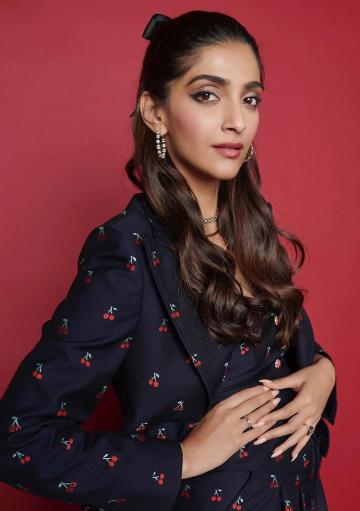 The hoops from Gehna and necklaces from Jet Gems are on point and we're loving the urban half bun that Sonam is sporting