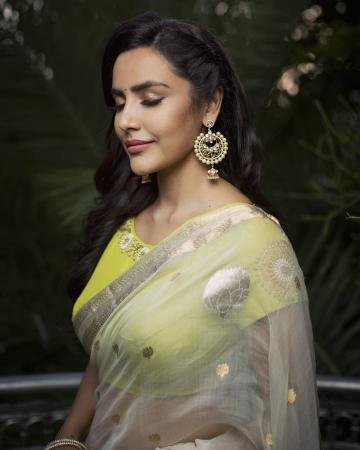 The danglers from Amrapali are breathtaking - Fashion Models