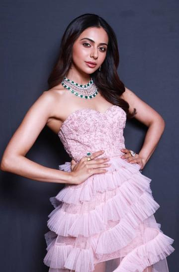 We loved that cut emerald necklace from Gehna Jewellers - Fashion Models