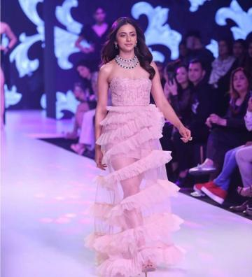 The lady was indeed dressed well - in an off-shoulder tight-bust gown which has a ruffled tulle skirt - Fashion Models
