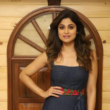 We love Shamita Shetty's fresh-faced makeup here - the eye makeup is sublime with the right combination of shadows and highlights - Fashion Models
