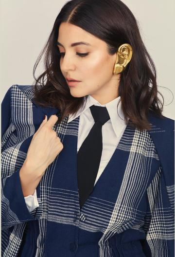 Anushka won Style Icon of the Year award. It is no wonder - take a look at the ear-shaped gold ear cuff she is wearing - Fashion Models