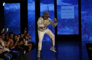 When Kambatta dressed him in clothes that are 'too sober', Ranveer Singh made up by going absolutely crazy on the ramp - Fashion Models