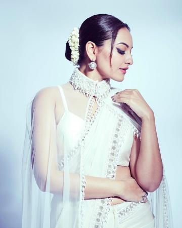 The earrings from Amrapali are dignified but not too showy - Fashion Models