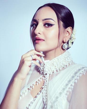 Hairstylist Madhuri Nakale also gave Sonakshi a beautiful neat bun adorned with jasmine flowers - Fashion Models