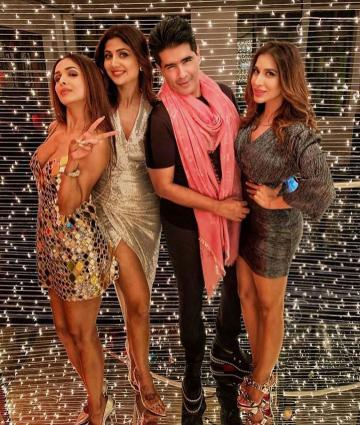 Malaika Arora and her squad had a night out on her birthday and we are drooling at the lady's outfit - Fashion Models