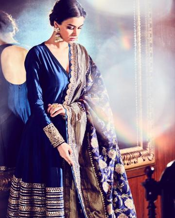 The lady was also wearing matching gold jhumkas, also from Manish Malhota - Fashion Models
