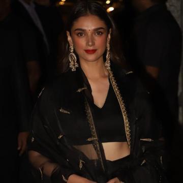Those sparkling three-tier chandbalis are from Mahesh Notandass - Fashion Models