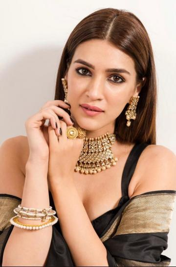 The choker and kadai bangles, along with the intricate rings and rectangular earrings from Amrapali are all stunning pieces of jewellery - Fashion Models