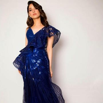 The earring from Minerali is a good choice and the wavy hairstyle suits the gown - Fashion Models