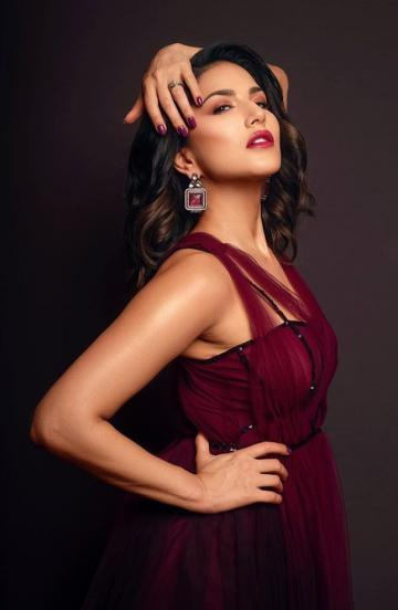 Sunny Leone's cosmetics brand Starstruck was awarded the Best Breakthrough Beauty Brand of the year by the Asia Spa and she arrived to accept the laurel in this maroon outfit from Supirya Munjal - Fashion Models