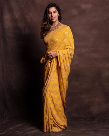 The mustard yellow saree from the Weaver Story has solid colour and off-white floral designs and the choker from Krsala jewellery is rich and suits the look well - Fashion Models