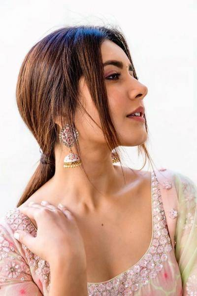 The jhumkas from Aquamarine matches the outfit and is pretty artistic - Fashion Models