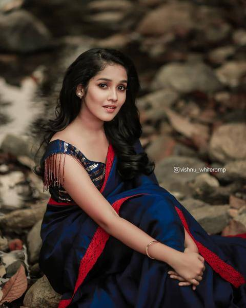 Makeup artist Shibin did a good job without making Anikha look caked in makeup - Fashion Models