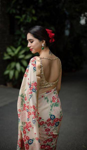 We love Aarti's style - there is a good chance to spot some flowers in her hair and the red that she mostly adds in her makeup schemes is quite heartening - Fashion Models