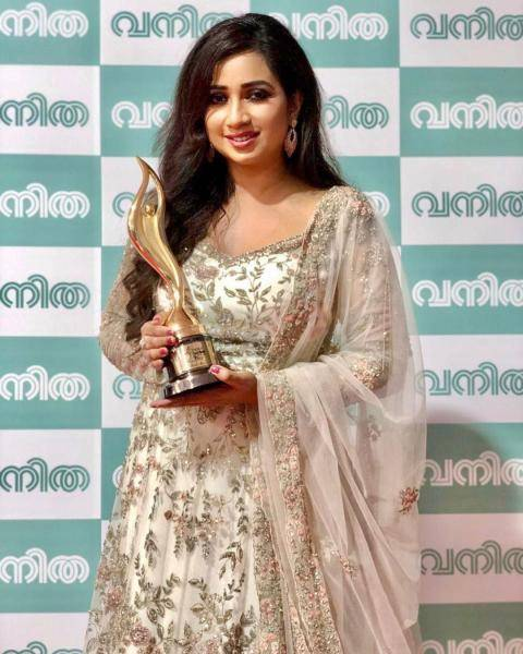 Shreya Ghoshal was seen at the Asianet Awards in this resplendent Anarkali in white and gold - Fashion Models