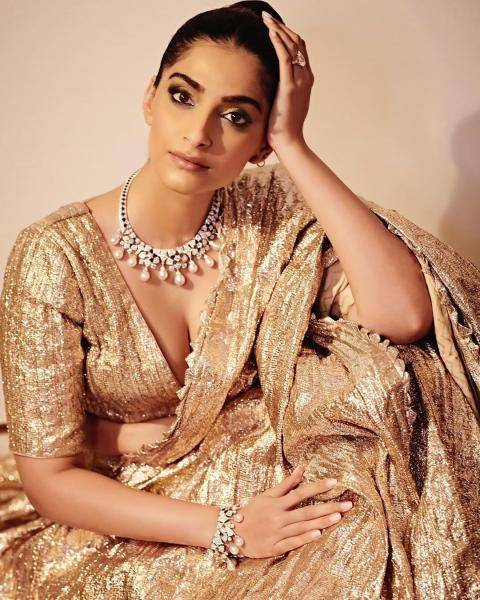 We love the way makeup artist Arti Nayar have drawn attention to Sonam's eyes - Fashion Models