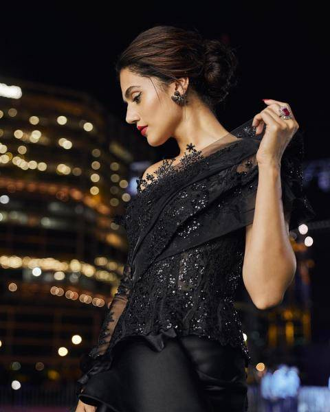 The simple black earrings and the statement ring from Azotiique look great with the outfit - Fashion Models