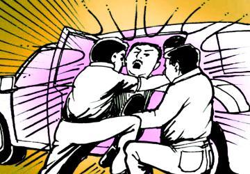 சினிமா பாணியில் இளைஞரைக் கடத்தி பணம் கேட்டு மிரட்டிய 3 போலீசார்!