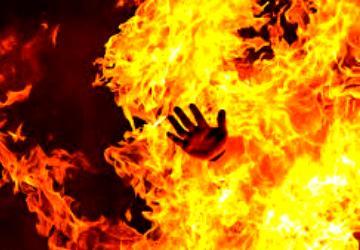 கள்ளக்காதலைக் கைவிடாத தொழிலதிபரை தீ வைத்து எரித்த மனைவியும்.. மகனும்..! - Daily news