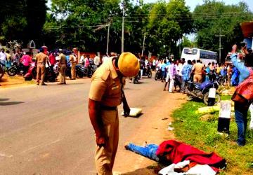 பட்டப்பகலில் பயங்கரம்.. வெடிகுண்டு வீசியும் அரிவாளால் வெட்டியும் 2 பேர் கொடூர கொலை! - Daily news