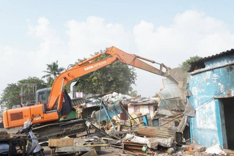 Slums demolishing on Cooum banks sparks protests, inhabitants accuse police of high handedness - Daily news