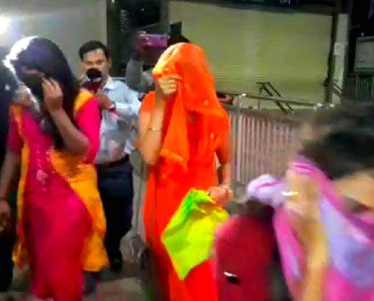 ஆபாச நடனம் ஆடிய 21 இளம்பெண்கள் கைது! - Daily news