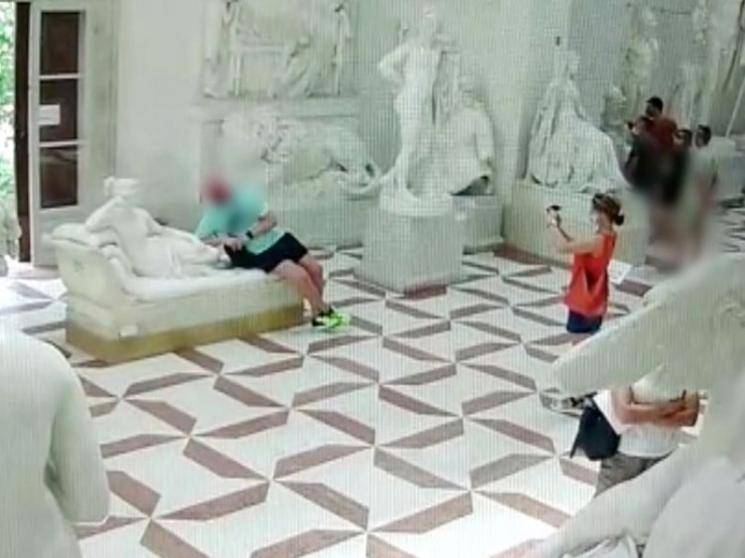 Tourist's pose goes wrong, breaks 19th century sculpture's toes in Italy and sneaks out of museum - News Update