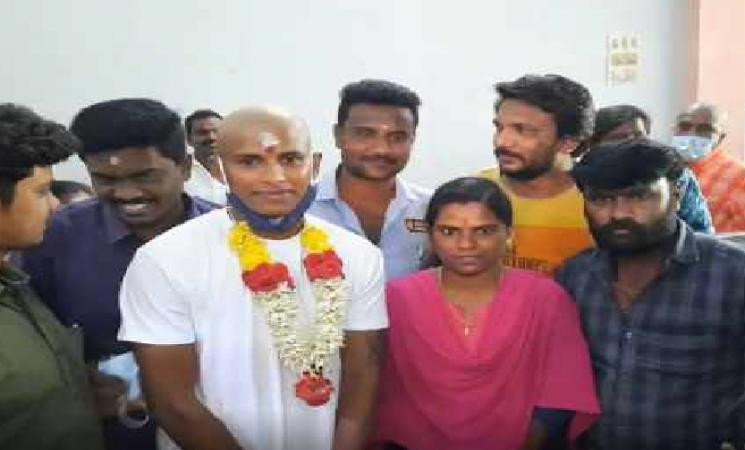 T Natarajan offers prayers in Palani after tonsuring his head! - Daily Cinema news