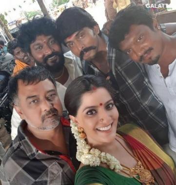 Varalaxmi Sarathkumar with Lingusamy at Sandakozhi 2 shooting spot
