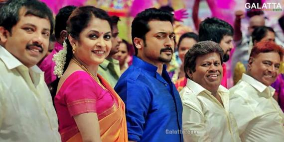 Senthil with Suriya and Ramya Krishnan in Thaanaa Serndha Koottam