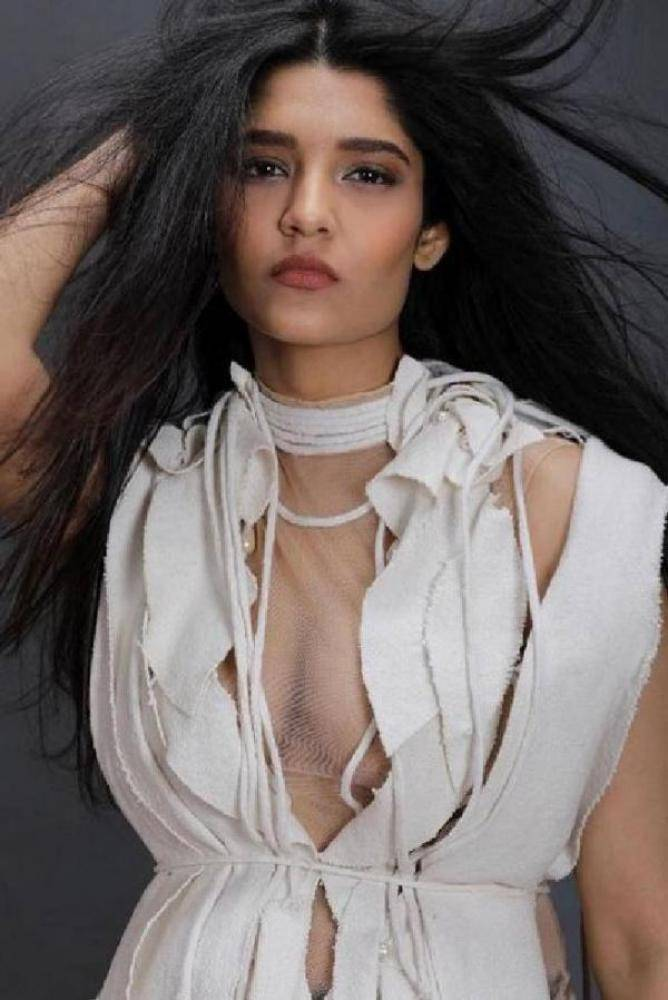 Ritika Singh - Photos Stills Images