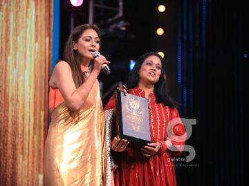 Simran gets Evergreen Empress Award from GVM at Galatta Wonder Women Awards