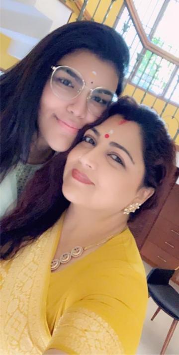 Khushbu with daughter Anandita