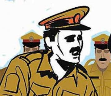 Chennai police constable beaten by wife on the main road Tamil Nadu