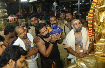 Actor simbu leaving to sabarimala ayyappan temple phottos