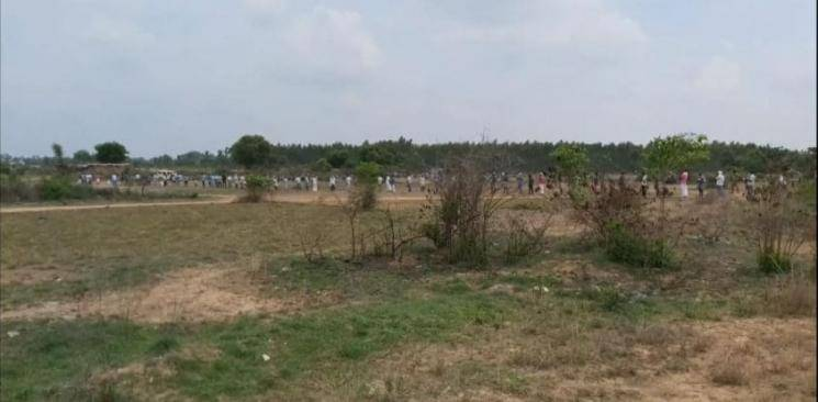 3 km long line at the Tasmac shop in kanchipuram