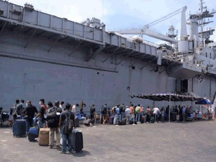 698 Indians arrive at Kochi from Maldives on Navy's INS Jalashwa!