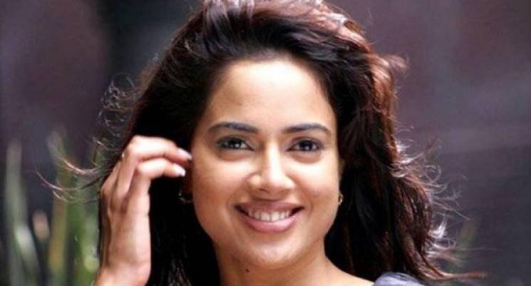 Sameera Reddys Daughter Imitates Rajinikanth