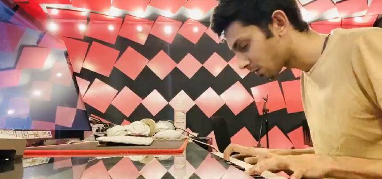 Anirudh performs Neeyum Naanum instrumental and Jersey BGM for fans - video goes viral