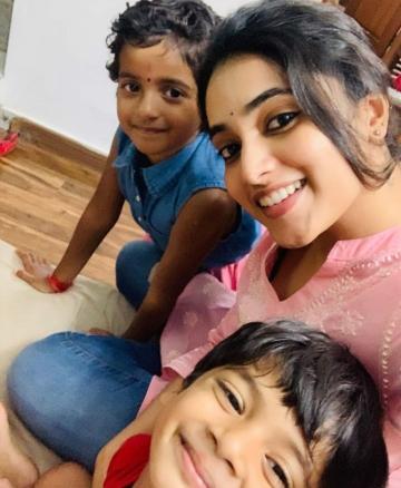 Priyanka Mohan Viral Photo With SK Daughter Sk 18
