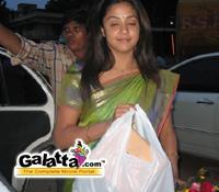 Jothika  recieves  gifts  from Galatta.com members