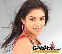 Ghajini  : Aamir compliments  Asin