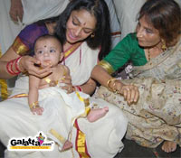 Shobhana visits Guruvayoor with adopted daughter