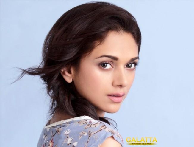 What is Aditi's role in Kaatru Veliyidai?