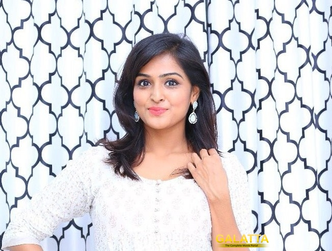 Lol! Sathish Pranks Remya Nambeesan